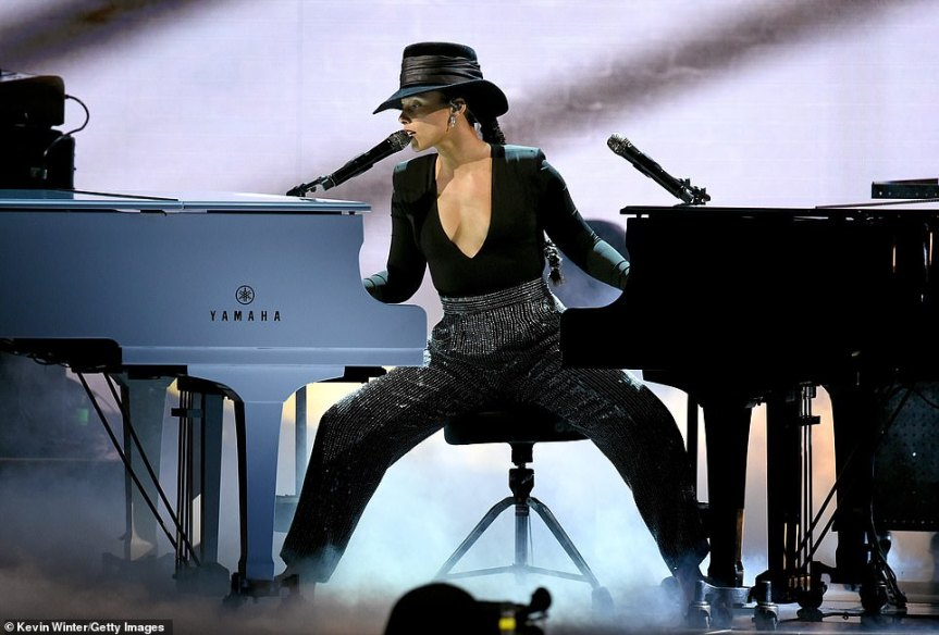 Alicia Keys double piano playing pic